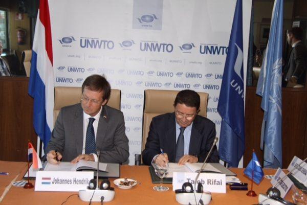 Ondertekening verdrag door Taleb Rifai (secretaris-generaal UNWTO) en Matthijs van Bonzel (ambassadeur in Spanje)