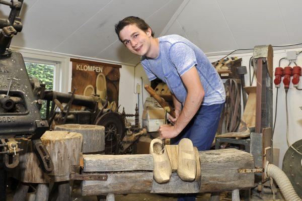 Jonge klompenmaker Foto via Oudheidkamer Enter