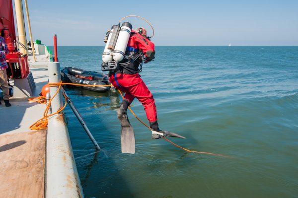 Duikers voeren onderhoud uit aan scheepswrakken bij Texel Foto: RCE