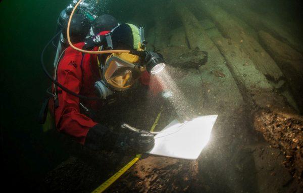 Onderwaterarcheologe Alice Overmeer aan het werk. Foto gemaakt door Cor Kuyvenhoven