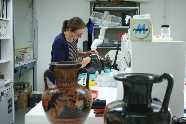 Restaurator Renske Dooijes aan het werk in het Rijksmuseum van Oudheden. Foto: Renske Dooijes, Rijksmuseum van Oudheden