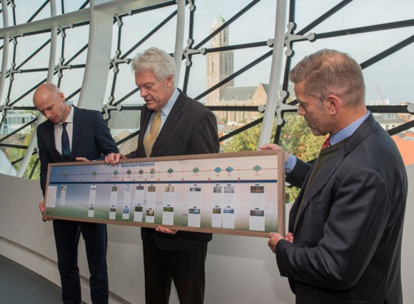 Aanbieding van de ingelijste tijdlijn Nederland Waterland Museum de Fundatie, Zwolle Foto: Ruben Schipper via wikimedia
