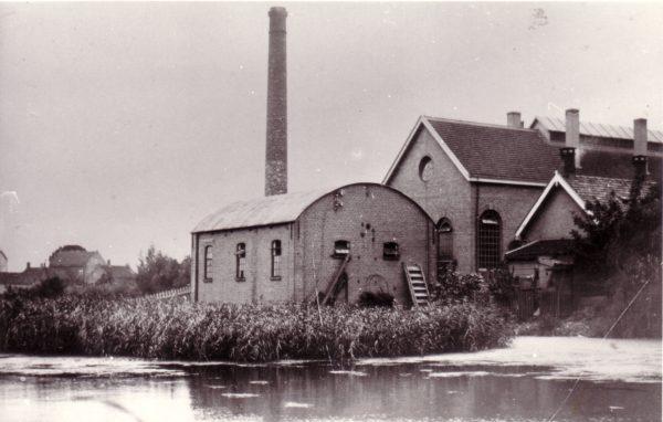 De eerste elektriciteitscentrale van Nederland die ook aan particulieren levert (1886) Foto: archief Brush HMA Ridderkerk