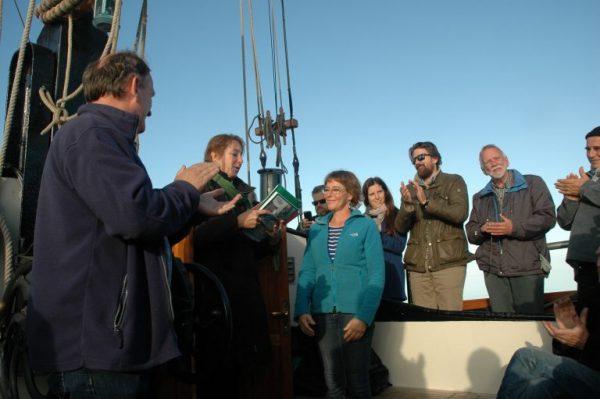 Betty de Boer ontvangt de pleitnota Varend Erfgoed uit handen van FVEN-adviseur Martine van Lier (foto: Stephan Kraan)