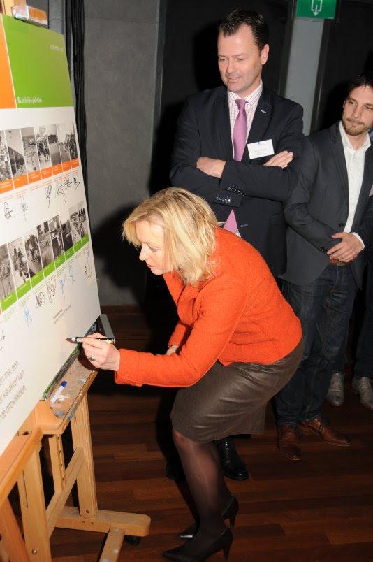 Minister Bussemaker tekent met 30 wethouders de intentieverklaring voor een goede omgang met de 30 wederopbouwgebieden.