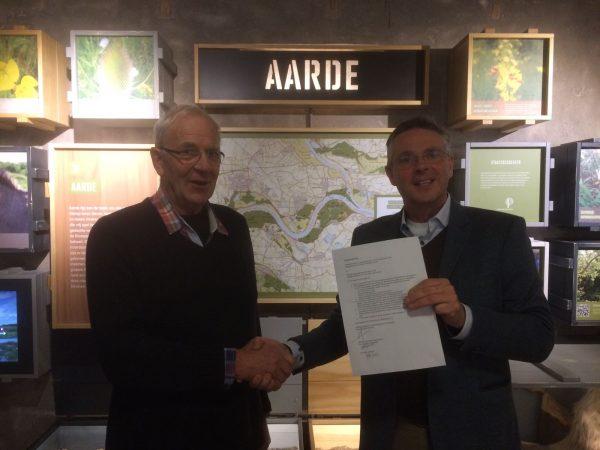 Vice-voorzitter Cor van Dalen van Stichting Lingewaard Natuurlijk en directeur Marco Houtschild van Fort Pannerden ondertekenen de samenwerkingsovereenkomst.