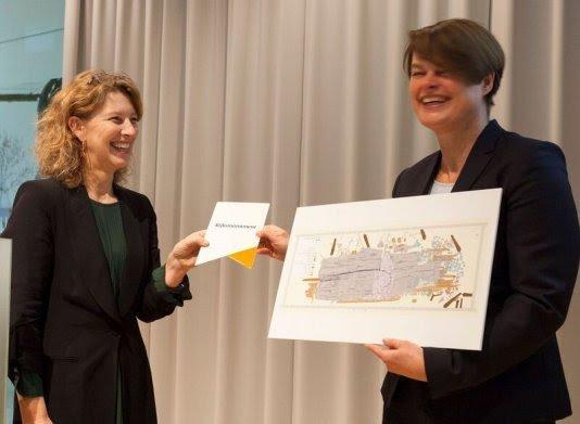 Susan Lammers, directeur RCE, overhandigt tekening van scheepswrak en rijksmonumentenbordje aan Ellen Visser, Directeur Netwerkmanagement Rijkswaterstaat Zee en Delta. Foto: RCE