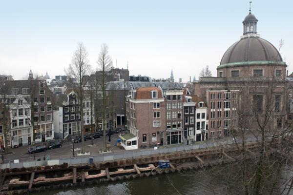 Bouwput met fragment middeleeuwse stadsmuur Amsterdam