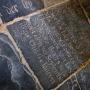 Nieuw fenomeen: gedenksteen zonder graf in kerkvloer