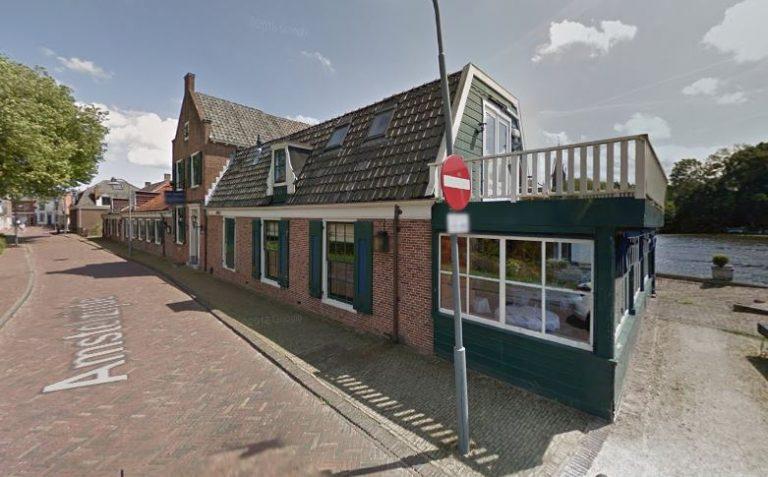 Het Jagershuis aan de oever van de Amstel