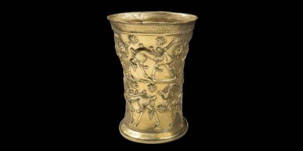 Een gouden drinkbeker uit de Iraanse stad Marlik (ca. 1100 - 900 v. Chr.)