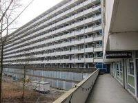 Flat Kleiburg bij de start van het renovatieproject in 2012. De flat staat model voor de herwaardering voor de oude Bijlmer