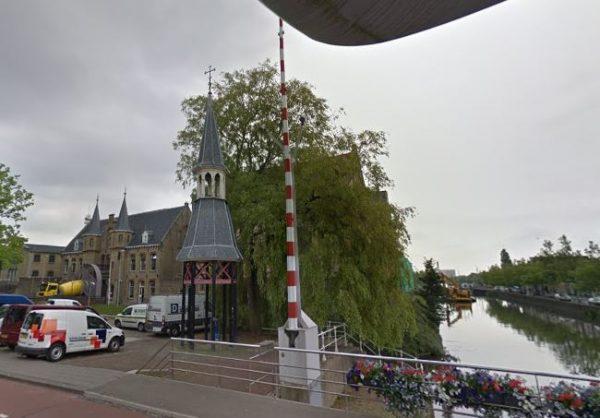 Het torentje van Cuypers, zoals het tot vorig jaar op het Blokhuisplein stond. Op de achtergrond de Blokhuispoort