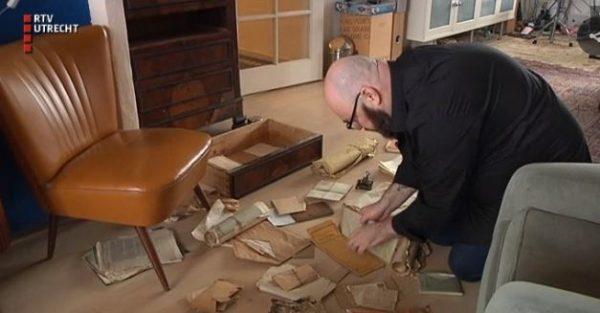 Martijn Rosdorff bij de gevonden documenten