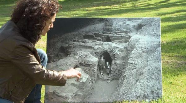 Archeoloog W. Braat met zijn dochter bij de opgravingen
