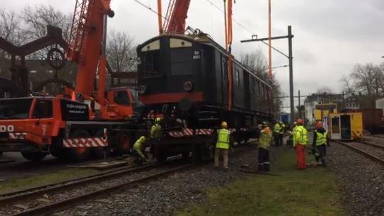 De Blokkendoos van Het Spoorwegmuseum wordt door een kraan opgetild