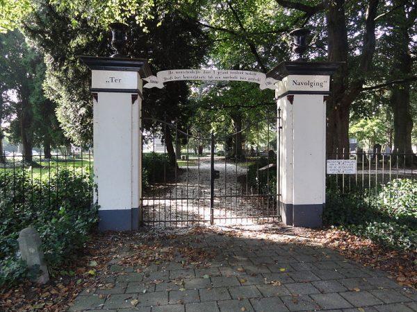 De toegangspoort van begraafplaats Ter Navolging in Tiel