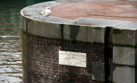 Hudde-steen in de Nieuwe Brug aan de Prins Hendrikkade