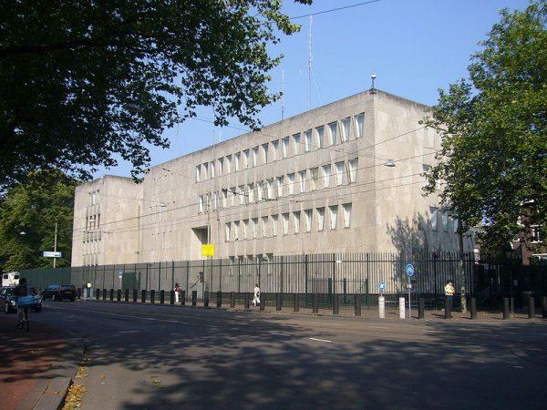 Zijkant van de voormalige Amerikaanse ambassade in Den Haag