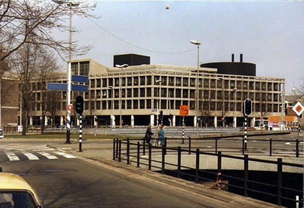 Het Burgemeester Tellegenhuis, Amsterdam eind jaren 80. Het ontwerp van Piet Zanstra werd in 1971 opgeleverd en in 1994 gesloopt
