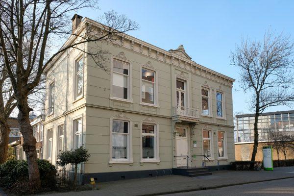 De voormalige villa van de familie Honig aan Lagendijk 3 in Koog aan de Zaan