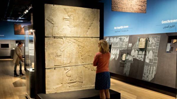 Blik in een van de zalen van de expositie Nineveh