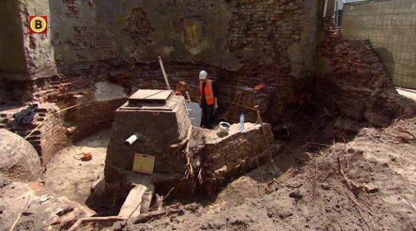 De opgegraven eerste stadsmuur en toren van de waterpoort