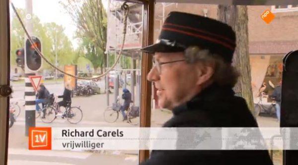 Vrijwilliger Richard Carels in één van de historische trams in Amsterdam
