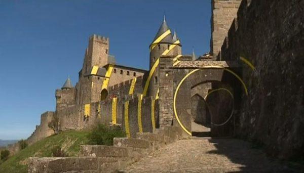 Het moderne kunstwerk op de vestingmuren van Carcassonne