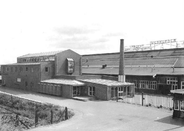 Het Ontspanningsgebouw van Werkspoor in 1940, op de achtergrond de fabrie