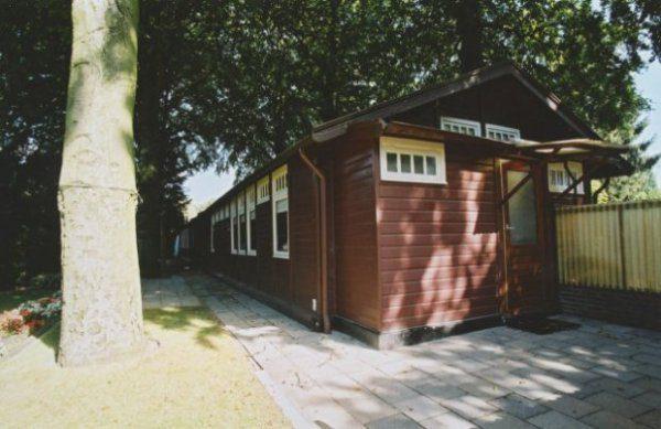 Eén van de twee barakken aan de Van Heutszlaan in Ede