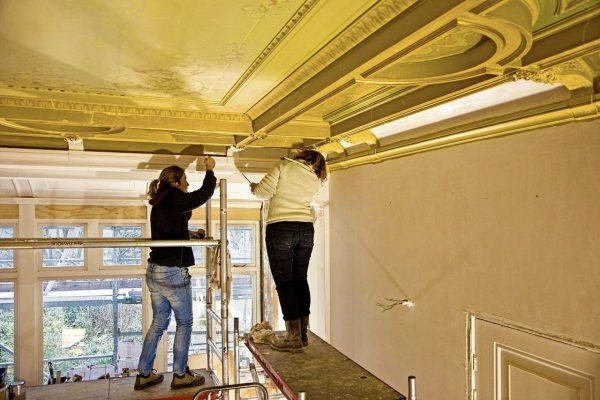 De restauratie van Schiekade 77. De oorspronkelijke stucplafonds waren hier en daar beschadigd, maar zijn gerepareerd