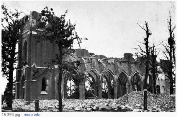 De kerk in Neerkant nadat deze een dag voor de bevrijding werd gebombardeerd