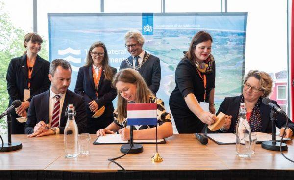 Minister Carola Schouten ondertekent het 'Verdrag van Leeuwarden'