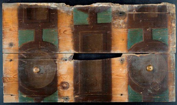 De twee beschilderde planken uit Nieuwsteeg 33 in Leiden