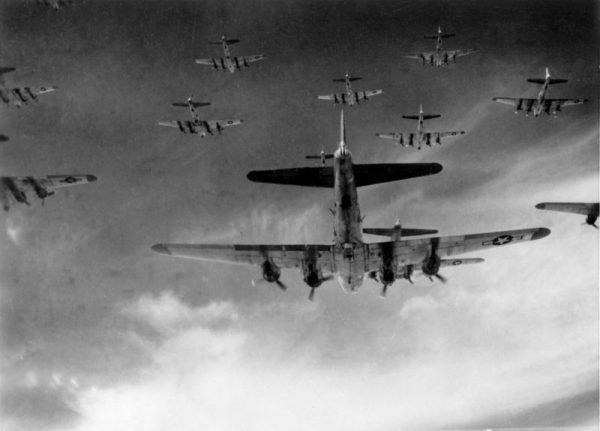 Inzet van B-17's boven Europa Foto: onbekend via Wikimedia CC0