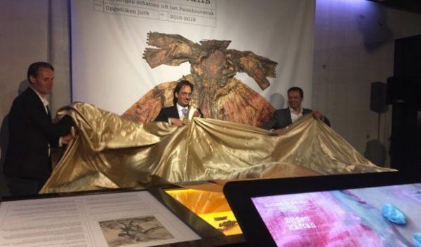 Burgemeester Michiel Uitdehaag onthult samen met gedeputeerde Jack van der Hoek (rechts) en wethouder Sander Knippenberg (links) de tentoonstelling in Museum Kaap Skil