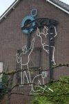 Het kunstwerk aan de gevel van de voormalige school aan de Kuipersdijk 13 in Enschede