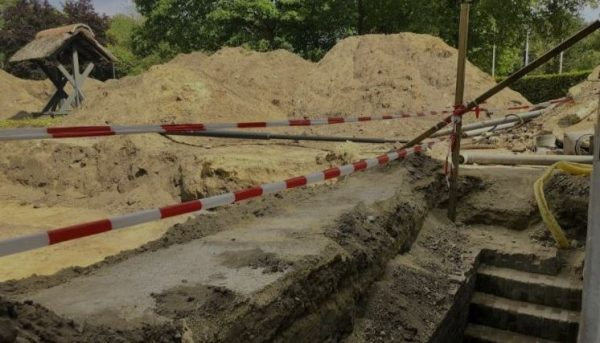 De opgravingen in Kamp Amersfoort, met rechts de trap naar de kelder
