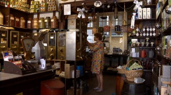 Marie Louise Velder in haar koffiewinkel op de Amsterdamse Haarlemmerstraat