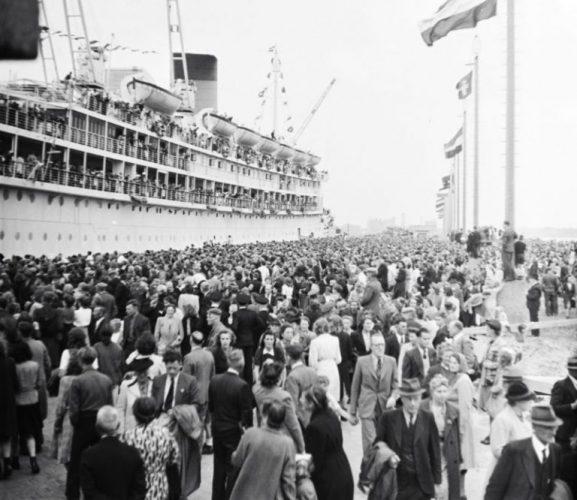Terugkeer van het passagiersschip MS Oranje van de Stoomvaart Maatschappij Nederland in IJmuiden