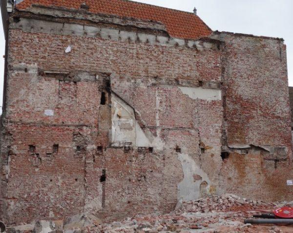 De door sloop in het zicht gekomen muur tussen Haarlemmerstraat 109 en 111 in Leiden
