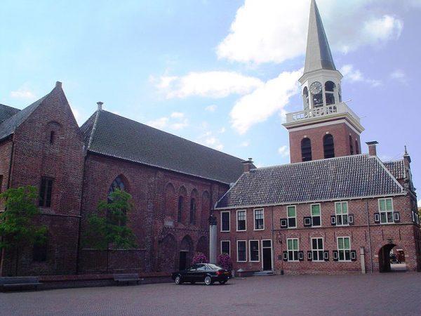 De Nicolaïkerk in Appingedam, met voor de toren het raadhuis