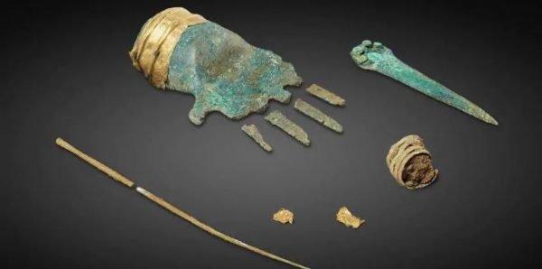 De bronzen hand werd gevonden in het 3500 jaar oude graf van een man in Zwitserland