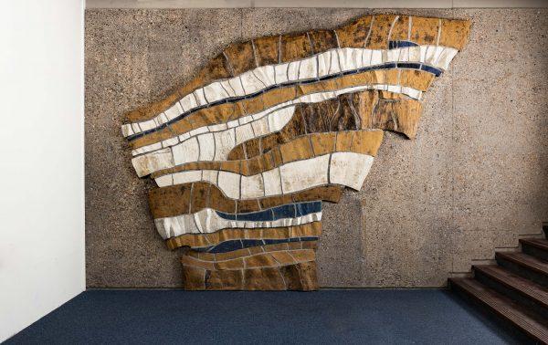 Het keramische wandreliëf van kunstenares Els Westland in het voormalige Gak-gebouw in Goes