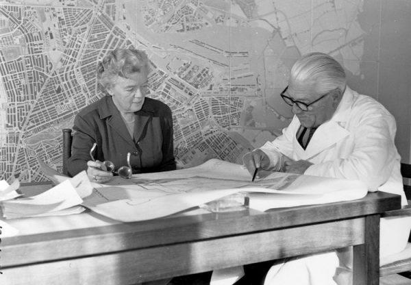 De stedenbouwkundigen Jakoba Mulder en Cornelis van Eesteren in 1956