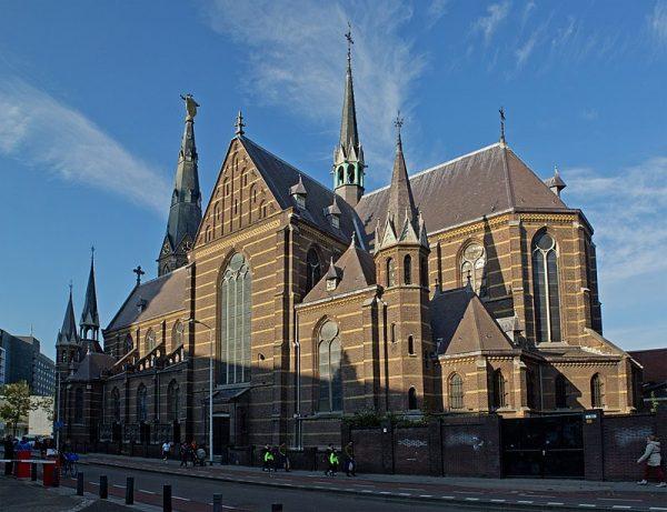 De Paterskerk aan de Kanaalstraat in Eindhoven, met links de uitbouwtjes met gothische boogjes, de vroegere biechtstoelen