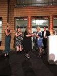 Davida de Hond, het Museumtalent van 2018, krijgt de prijs uitgereikt door Marjan Hammersma, secretaris-generaal van het ministerie van OCW
