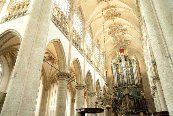 Het interieur van de Grote Kerk in Breda