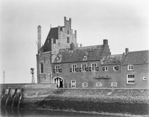 De walviskaak aan de Campveerse Toren in Veere (1952)